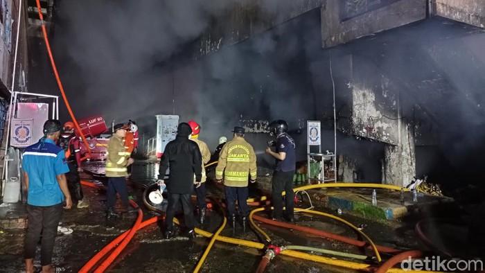 Robot pemadam kebakran LUF-60 bantu padamkan api di kebakaran Pasar Inpres, Pasar Minggu (sachril/detikcom)