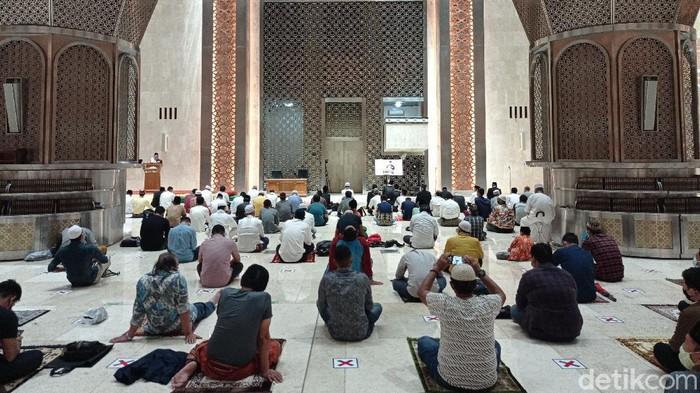 Salat tarawih berjamaah di Masjid Istiqlal (Sahril/detikcom)