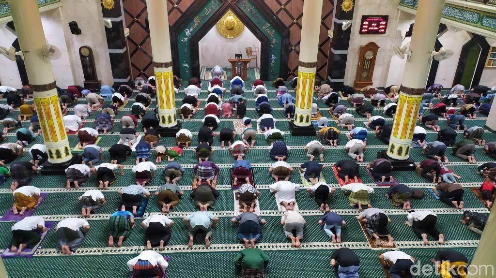 Salat Tarawih Pertama di Masjid Agung Ciamis Terapkan Physical Distancing