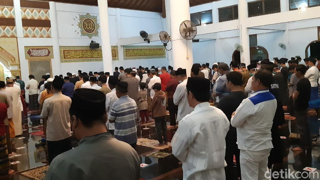 Salat Tarawih di Masjid Agung Serang, Masih Ada Jemaah Tak Pakai Masker