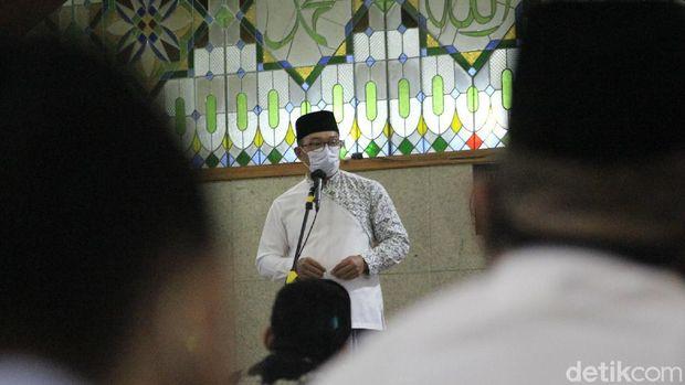 Salat tarawih pertama di Masjid Pusdai, Bandung.