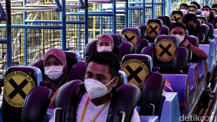 Ratusan tenaga kesehatan Rumah Sakit Darurat COVID-19 Wisma Atlet berekreasi di kawasan Dunia Fantasi (Dufan), Ancol, Jakarta Utara, Senin (12/4).