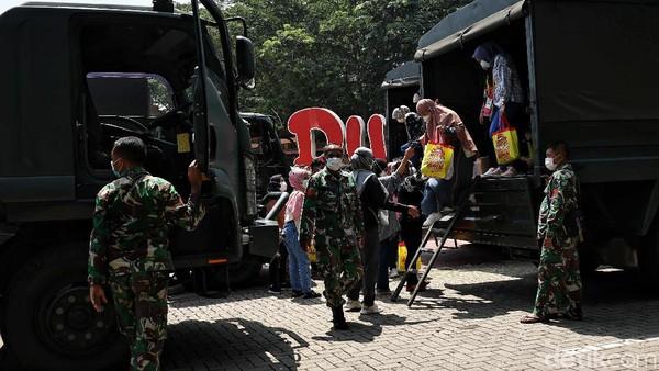 Sebanyak 1.500 tenaga kesehatan (nakes) Rumah Sakit Darurat COVID-19 Wisma Atlet rekreasi ke Dufan, Ancol, Jakarta Utara. Mereka rekreasi dengan tetap mematuhi protokol kesehatan (prokes) ketat dan tidak menimbulkan kerumunan.