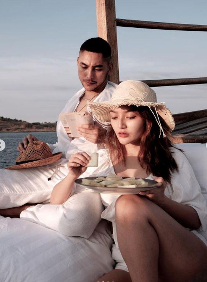 Romantisnya Siti Badriah dan Krisjiana Baharudin saat Makandii Tepi Pantai