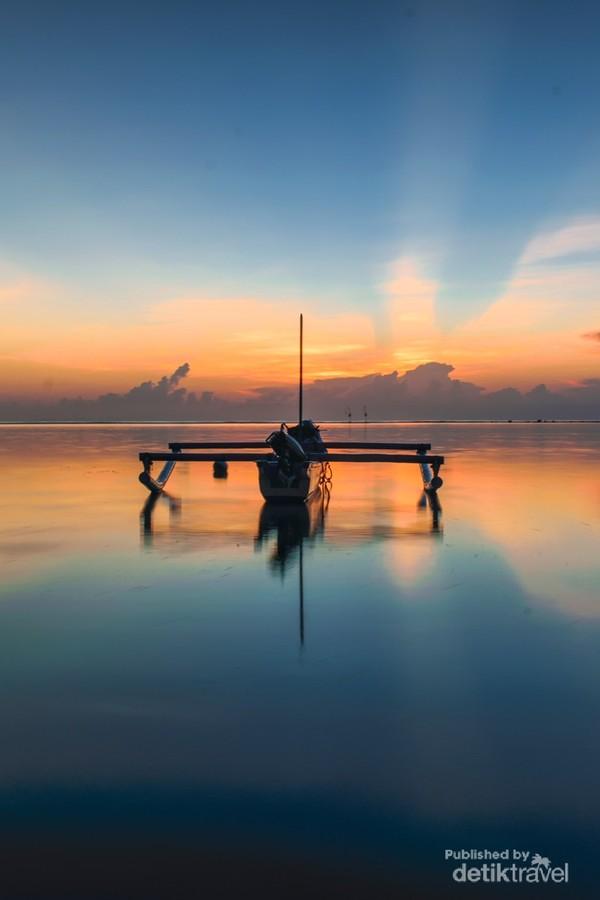 Pada saat pagi, pantai sanur sedang surut jadi traveller puas untuk mengambil gambar dari sudut manapun