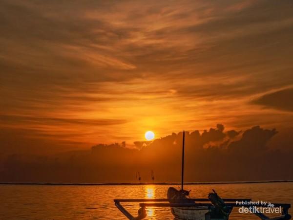 Nah pantai tropis yang menawan satu ini direkomendasikan untuk pemilik zodiak Sagitarius. Traveler bisa menikmati sunrise atay berjalan di atas pasir pantai Sanur. (detik)