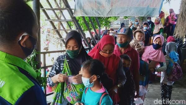 Meskipun masih di masa pandemi, Irul dan wisatawan lainnya mengaku tidak takut. Pengunjung yang datang berombongan jumlah besar membuat Satgas kerepotan. Pengunjung yang berjubel terpaksa harus dipisahkan. (Ahmad Syauqi/detikTravel)