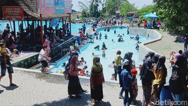 Banyak wisatawan memadati obyek wisata air di Klaten, Jawa Tengah. Mereka melaksanakan tradisi Padusan untuk menyambut datangnya bulan Puasa. Sayang, masih banyak wisatawan yang tidak memakai masker. (Ahmad Syauqi/detikTravel)