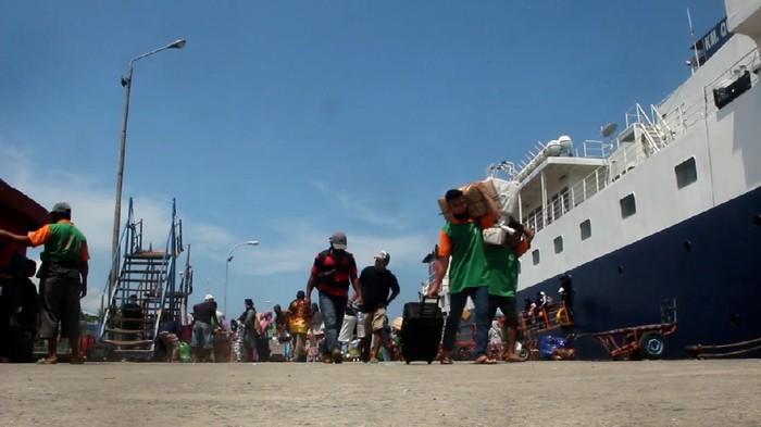 Ratusan penumpang kapal dari Nunukan, Kalimantan Utara, tiba di Pelabuhan Nusantara, Kota Parepare, Sulawesi Selatan. Mereka mengaku mudik lebih awal sebelum dilarang pada 6-17 Mei mendatang.