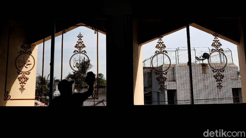 Bersih-bersih Masjid Sambut Ramadhan