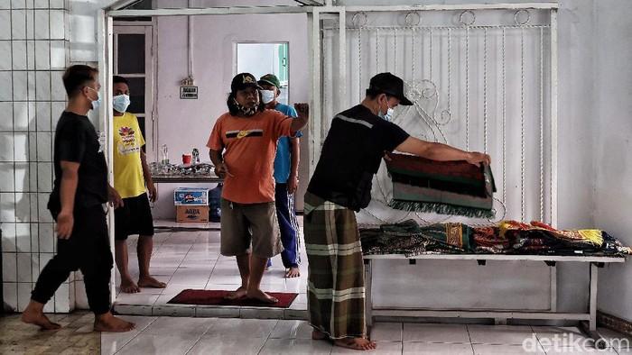 Sejumlah warga membersihkan masjid di kawasan Masjid Jami AL-Muhtarom, Koja, Jakarta Utara, Senin (12/4). Kegiatan tersebut bertujuan untuk membersihkan  dan mensterilkan area masjid untuk kesiapan ibadah di Bulan Suci Ramadhan 1442 H pada esok hari, Selasa (13/4).