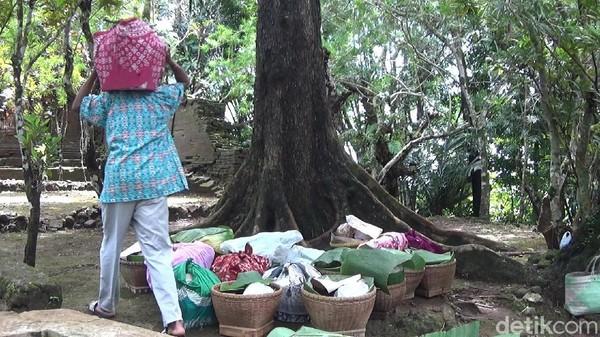 Selain membersihkan makam, warga juga menikmati hasil bumi yang dibawa ke petilasan Girilangan secara bersama-sama. Tradisi Nyadran saat ini adalah bentuk pelestarian kegiatan dari jaman kademangan. (Uje Hartono/detikTravel)