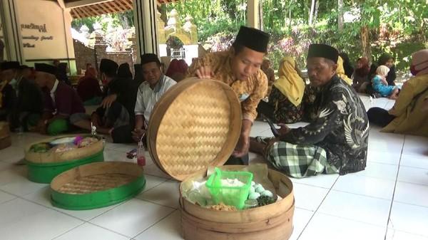 Setiap tahun, warga Desa Gumelem Kulon dan Desa Gumelem Wetan di Kecamatan Susukan, Banjarnegara melakukan tradisi Nyadran Gede. Tradisi unik ini biasanya dilakukan menjelang datangnya bulan Ramadan. (Uje Hartono/detikTravel)