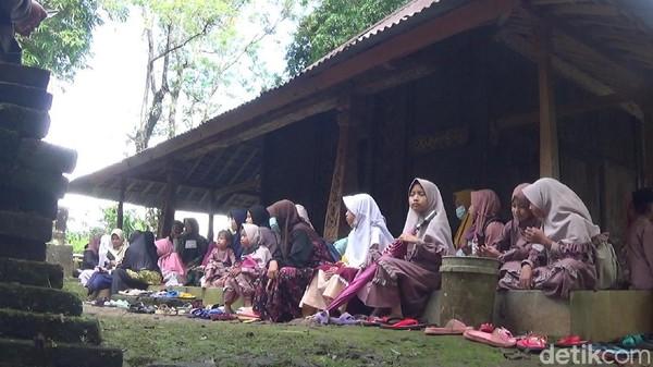 Tradisi Nyadran ini dilakukan juga sebagai bentuk untuk mendoakan arwah para pendahulu. Mengingat pendahulu Desa Gumelem Kulon maupun Gumelem Wetan dimakamkan di sekitar petilasan Girilangan. (Uje Hartono/detikTravel)
