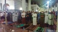 Tarawih Perdana Sejak Pandemi, Masjid Agung Palembang Penuh Jemaah