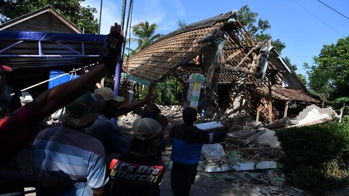 Dinding Posyandu yang rusak akibat gempa di Desa Kaliuling, Lumajang, Jawa Timur,  Senin (12/4/2021). Warga mulai merubuhkan bangunannya yang rusak akibat gempa yang terjadi pada Sabtu (10/4) untuk mengantisipasi jatuhnya reruntuhan pascagempa. ANTARA FOTO/Zabur Karuru/foc.