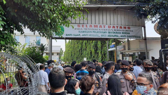 Warga sempat tertahan di depan PN Jaktim imbas penjagaan ketat sidang HRS (Foto: Antara)