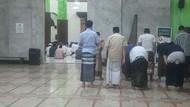 Kebahagiaan Warga Surabaya Tarawih Hari Pertama Sejak Pandemi COVID-19