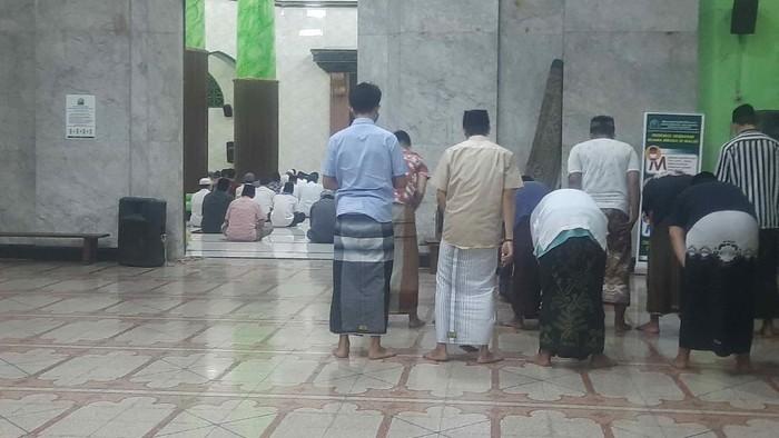 Warga Surabaya Antusias salat tarawih hari pertama masjid kemayoran