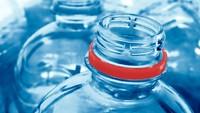 Aduh Ngilu! Mr P Pria Ini Tersangkut di Botol Plastik, Ditolong Damkar