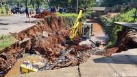 Membedah Beda Penanganan Jalan Amblas di GDC Depok dan Gubeng Surabaya