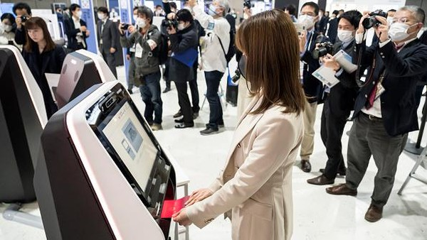 Penumpang yang akan menggunakan teknologi pengenalan wajah ini akan terlebih dahulu difoto pada saat check-in ketika mereka mendaftarkan paspor dan juga boarding pass mereka.