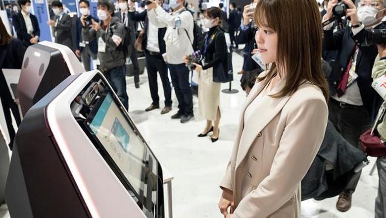 Bandara Internasional Narita mulai uji coba teknologi pengenalan wajah. Mesin itu diharapkan dapat percepat proses boarding dan cegah penyebaran virus Corona.