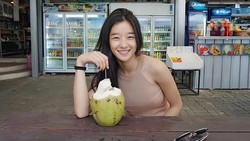 Cantiknya Seo Ye Ji Saat Minum Es Kelapa dan Ngemil Es Krim