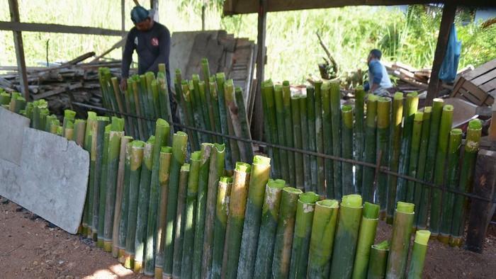 Lemang bambu kerap jadi panganan yang dicari saat bulan Ramadhan. Seperti apa proses pembuatannya?
