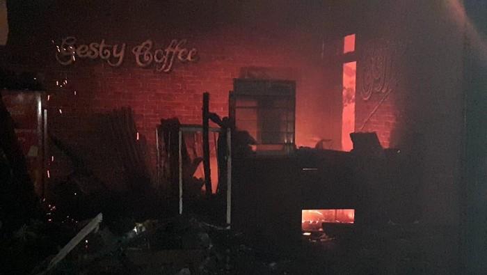 Ditinggal Pulang, Bangunan Cafe di Situbondo Hangus Terbakar