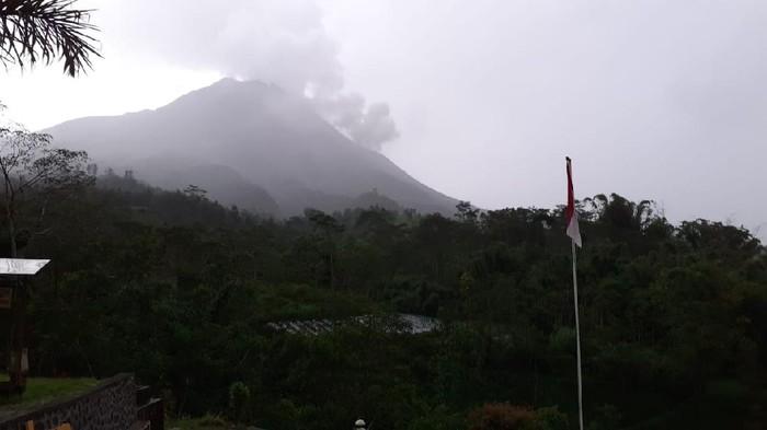 Erupsi Gunung Merapi sejauh 1,4 km mengarah ke sektor barat daya, Selasa (13/4/2021)