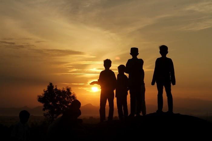 Sejumlah bocah menikmati suasana fajar pertama bulan Ramadhan di Bukit Samata, Kabupaten Gowa, Sulawesi Selatan, Selasa (13/4/2021). Bukit tersebut ramai dikunjungi remaja hingga anak-anak untuk menyaksikan matahari terbit pertama pada bulan Ramadhan 1442 H. ANTARA FOTO/Arnas Padda/yu/hp.