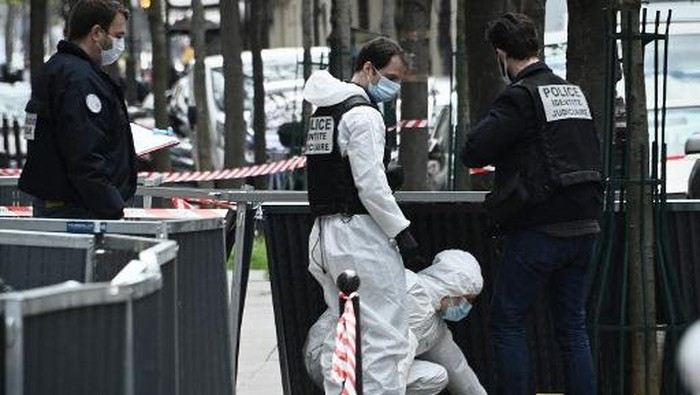 French police forensic investigators search for evidence near the Henry Dunant private hospital where one person was shot dead and one injured in a shooting outside the instituion owned by the Red Cross in Paris upmarket 16th district on April 12, 2021. (Photo by Anne-Christine POUJOULAT / AFP)