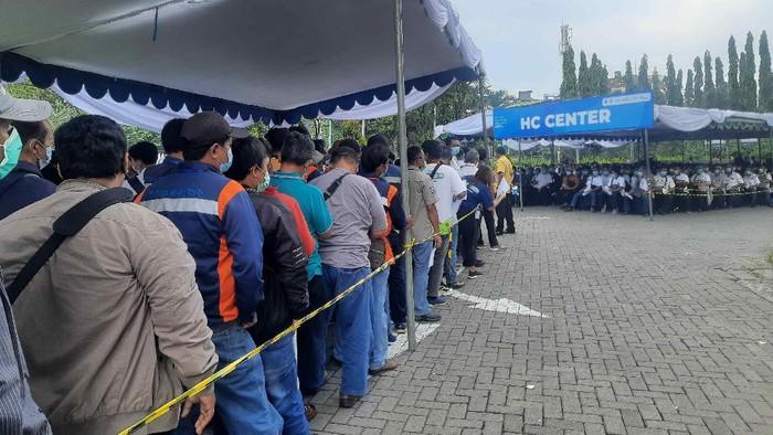 Hari pertama puasa Ramadhan 2021, proses vaksinasi COVID-19 tetap digelar. Di Kota Surabaya sendiri, animo peserta vaksin masih sangat tinggi.