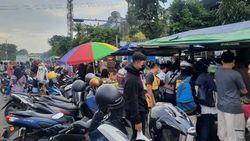 Pembeli Takjil di Pasar Karmen Surabaya Bermasker Tapi Tak Jaga Jarak