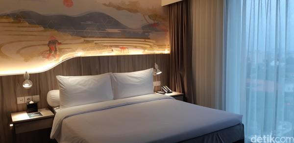 Ada tiga tipe kamar yang bisa kamu nikmati yaitu, Superior di harga Rp 500.00-an, Superior with View dengan harga Rp 600.000-an dan Family Room dengan harga Rp 1,2 jutaan.