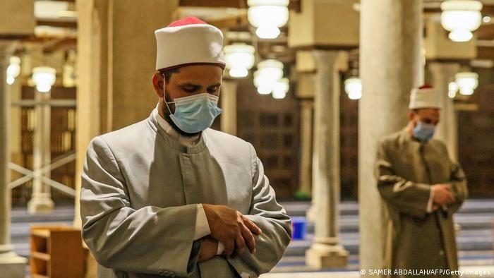 Jamaah harus tetap mengenakan masker dan menerapkan jaga jarak sosial saat menjalani ibadah di masjid