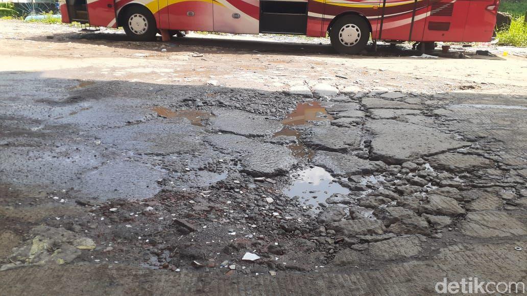 Jl Inspeksi Kalimalang di dekat komplek Depkes 1, Jatibening, Bekasi rusak parah. 13 April 2021. (Afzal Nur Iman/detikcom)