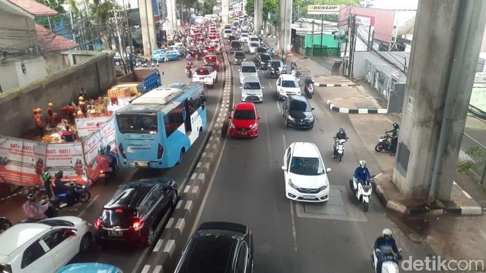 Jl Tendean Jaksel dan galian-galian manhole yang masih berlangsung, 13 April 2021. (Afzal NI/detikcom)