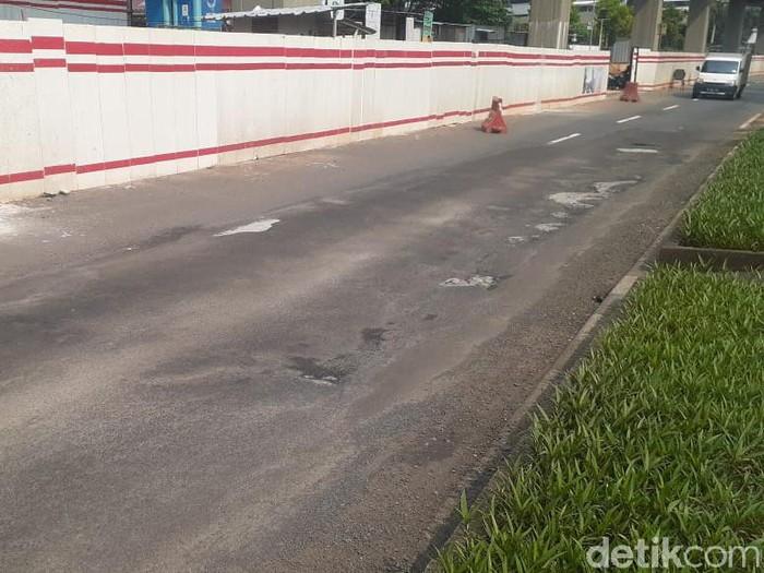 Kerusakan di Jl HR Rasuna Said, Jakarta Selatan, 13 April 2021. (Afzal Nur Iman/detikcom)