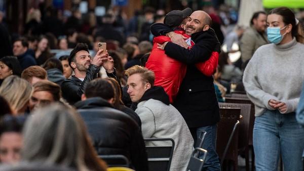 Inggris kembali membuka sebagian besar pub dan restoran pada Senin (12/4/2021) waktu setempat. Hal ini menandai pelonggaran lockdown di tengah pandemi COVID-19. Getty Images/Chris J Ratcliffe