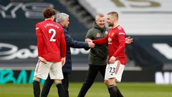 Momen Viral: Mourinho Cemberut Salaman Sama Shaw, Ole Nyengir