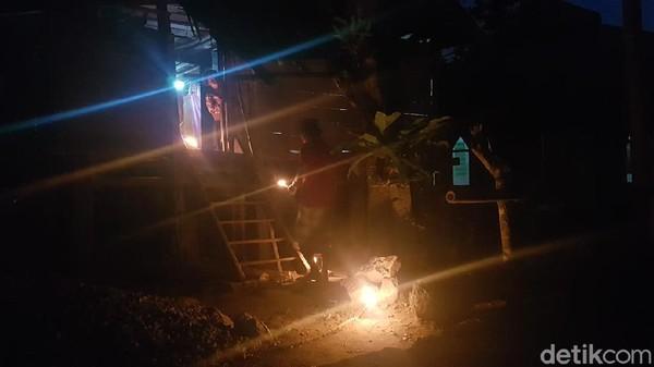 Suasana malam pun tampat indah bermandikan cahaya api dari sulong. (Abdy Febriady/detikcom)