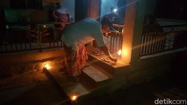 Warga di Kabupaten Polewali Mandar memiliki tradisi unik menyambut datangnya bulan suci ramadhan. Mereka menggelar tradisi mattunu solong sejenis pelita, yang cahayanya dipercaya dapat membawa keberkahan.