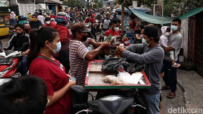 Sejumlah warga memadati pasar takjil dadakan di kawasan Koja, Jakarta Utara. Warga antusias berburu takjil untuk berbuka puasa di hari pertama Ramadhan.