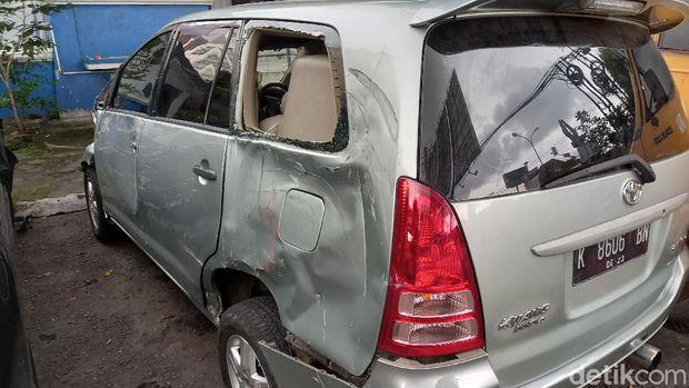 Mobil Toyota Kijang Innova menabrak satu mobil Honda Civic Type R dan lima sepeda motor di kawasan simpang tiga Jalan Kyai Mojo, Kota Yogyakarta, Selasa (13/4/2021).