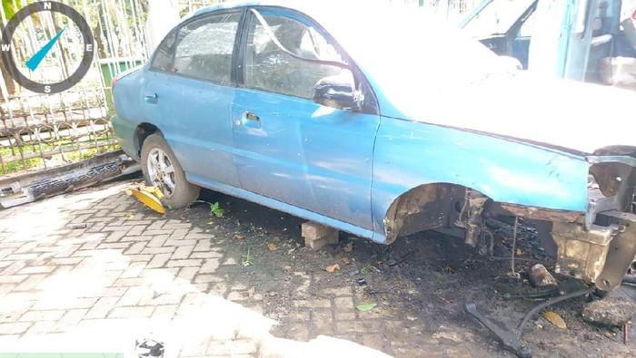 Mobil yang onderdilnya dicuri di IRTI Monas