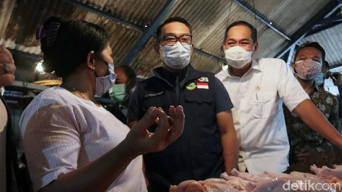 Di Hari pertama Ramadhan, Menteri Perdagangan Muhammad Lutfi meninjau sejumlah pasar tradisional di Kota Bandung. Bersama Ridwan Kamil, mereka memantau harga kebutuhan pokok.