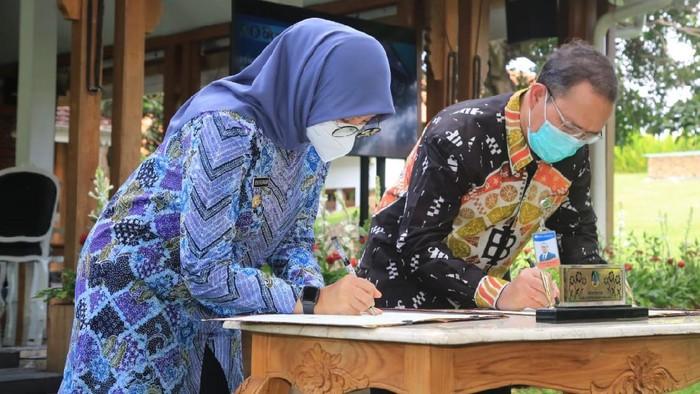 Pemkab Banyuwangi menandatangani nota kesepahaman (MoU) dengan Bank Indonesia (BI) untuk pengembangan komoditas batik dan beras di daerah ujung timur Pulau Jawa tersebut.