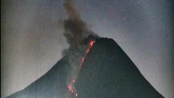 Penampakan erupsi Gunung Merapi 13/4/2021, pukul 04.49 WIB